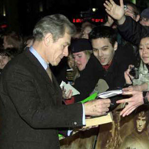 2001, THE LORD OF THE RINGS: THE FELLOWSHIP OF THE RING: Ian McKellen, London premiere, Leicester Square, 10 December 2001.  Sir Ians wardrobe by <a href=http://www.johnvarvatos.com target =_blank>John Varvatos</a>.  - Photo by AP/Max Nash
