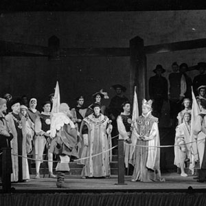 1959, HENRY IV PART 2 (Cambridge): I know thee not, old man -- Act V, Scene 5. Shallow (Ian McKellen) far right, King Henry (Derek Jacobi) center, Falstaff (Clive Swift) center, Lady Percy (Eleanor Bron) left rear in white hood..  - Photo by Edward Leigh